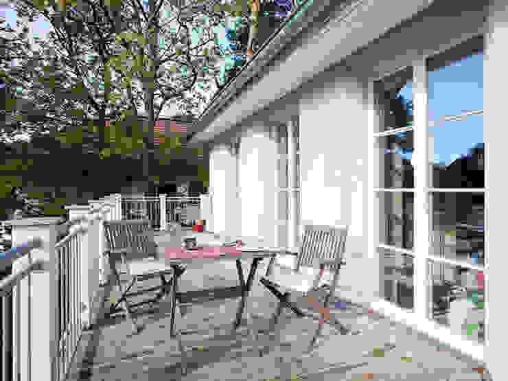 Villa in Zehlendorf Müllers Büro Klassischer Balkon, Veranda & Terrasse