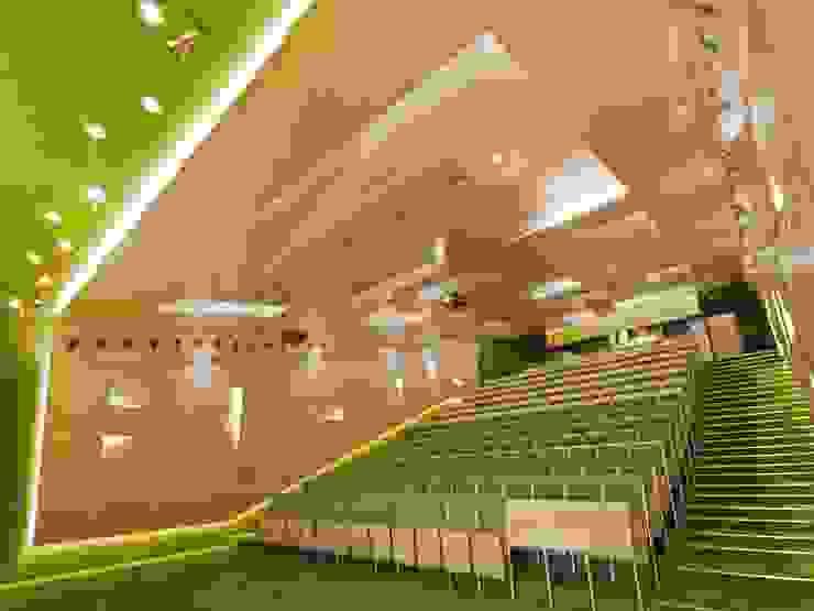 COLOUR CODE od Zalewski Architecture Group Nowoczesny