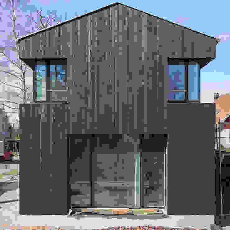 Ostseite: modern  von Haus Wieckin,Modern