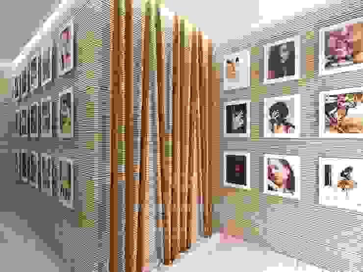 Мотивы экостиля и постеры в дизайне прихожей Студия дизайна интерьера Руслана и Марии Грин Коридор, прихожая и лестница в классическом стиле