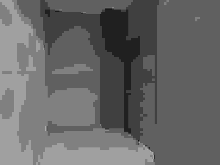 TB1504 Pasillos, vestíbulos y escaleras modernos de Arq. Jacobo Smeke Moderno