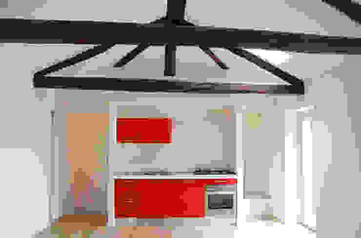 Vista della cucina aperta sul soggiorno. di Studio999 Moderno