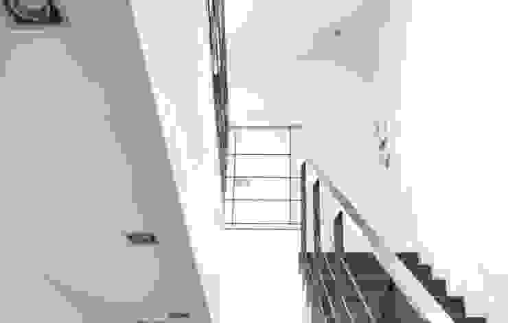 Minimalistischer Flur, Diele & Treppenhaus von costa+dos Minimalistisch