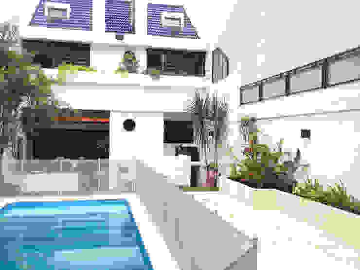 Reciclaje de un jardín con pileta descuidado Jardines modernos: Ideas, imágenes y decoración de Estudio Nicolas Pierry: Diseño en Arquitectura de Paisajes & Jardines Moderno