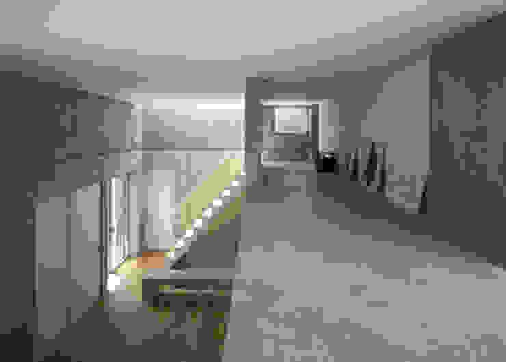 ロフト。書家でもある妻のアトリエ,天井は低くても座るので十分。 モダンな 壁&床 の 田中幸実建築アトリエ モダン