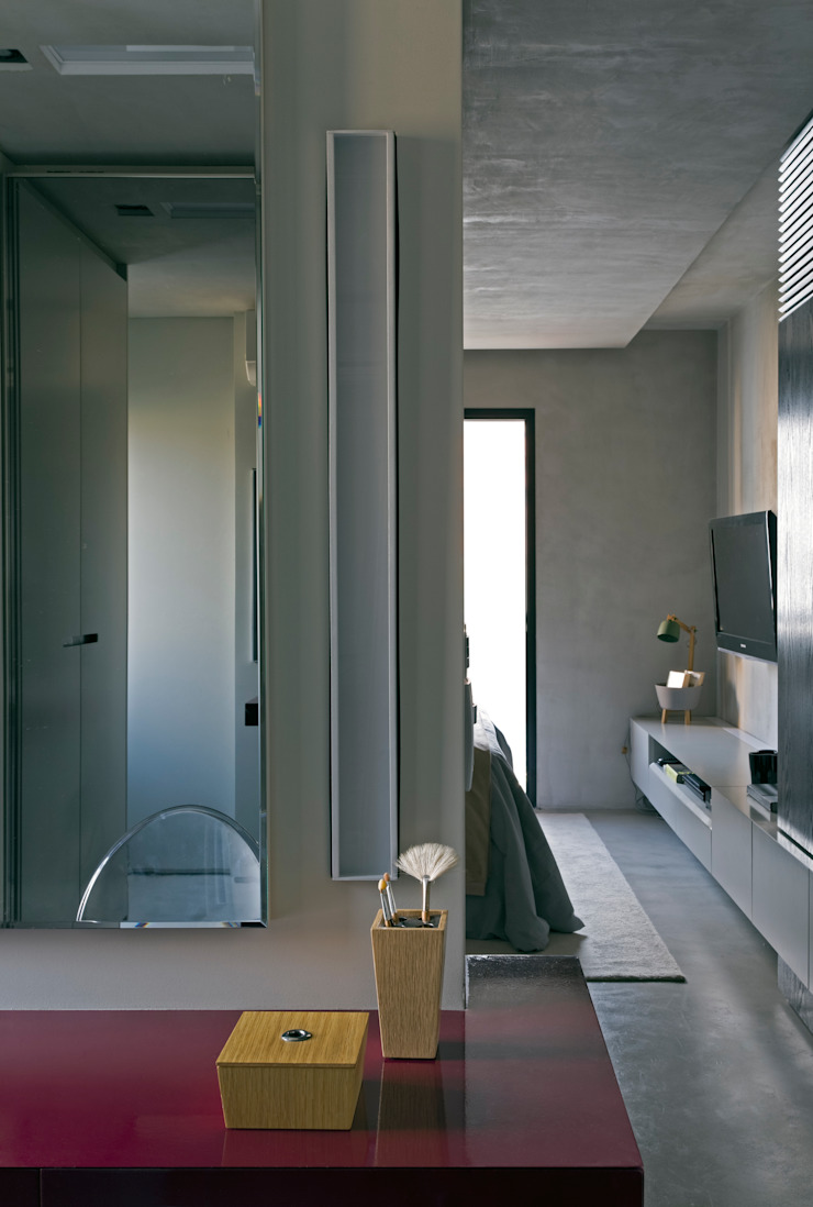 Real Parque Loft Closets por DIEGO REVOLLO ARQUITETURA S/S LTDA. Moderno