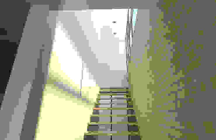 Casa Ocejo Pasillos, vestíbulos y escaleras industriales de Lozano Arquitectos Industrial