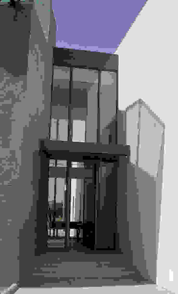 VIVIENDA UNIFAMILIAR. LAS ROZAS. MADRID. 2004 Puertas y ventanas de estilo moderno de Bescos-Nicoletti Arquitectos Moderno