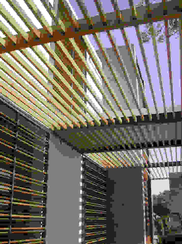 VIVIENDA UNIFAMILIAR. LAS ROZAS. MADRID. 2004 Balcones y terrazas de estilo minimalista de Bescos-Nicoletti Arquitectos Minimalista