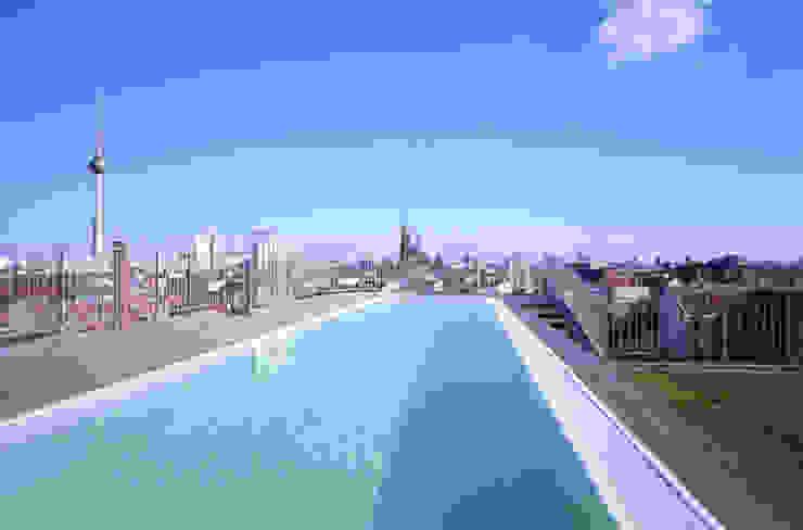 モダンスタイルの プール の Carlos Zwick Architekten モダン