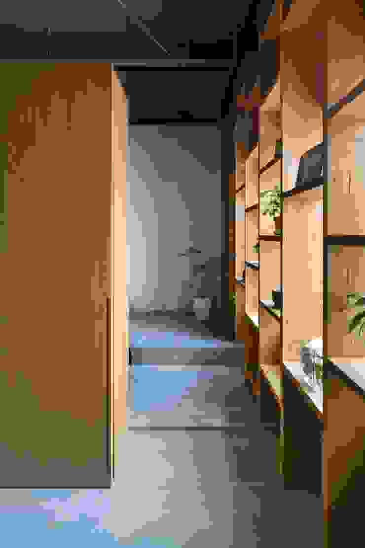 住居部分エントランス: 株式会社 藤本高志建築設計事務所が手掛けた折衷的なです。,オリジナル