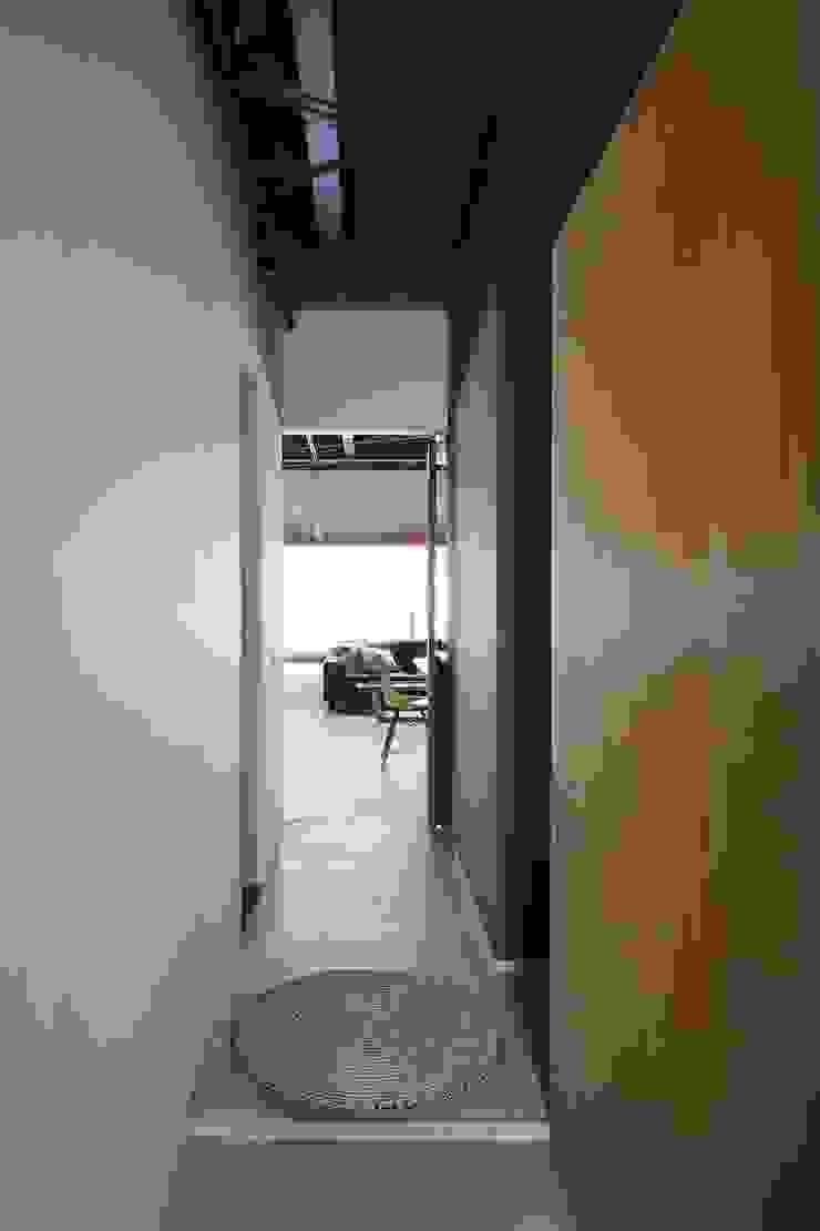 エントランス: 株式会社 藤本高志建築設計事務所が手掛けた折衷的なです。,オリジナル