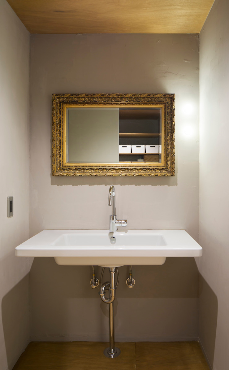 洗面所: 株式会社 藤本高志建築設計事務所が手掛けた折衷的なです。,オリジナル