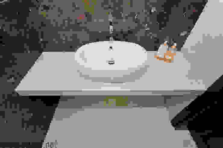 Łazienka w naturalnym marmurze Fossil Brown i Galala Klasyczna łazienka od GRANMAR Borowa Góra - granit, marmur, konglomerat kwarcowy Klasyczny