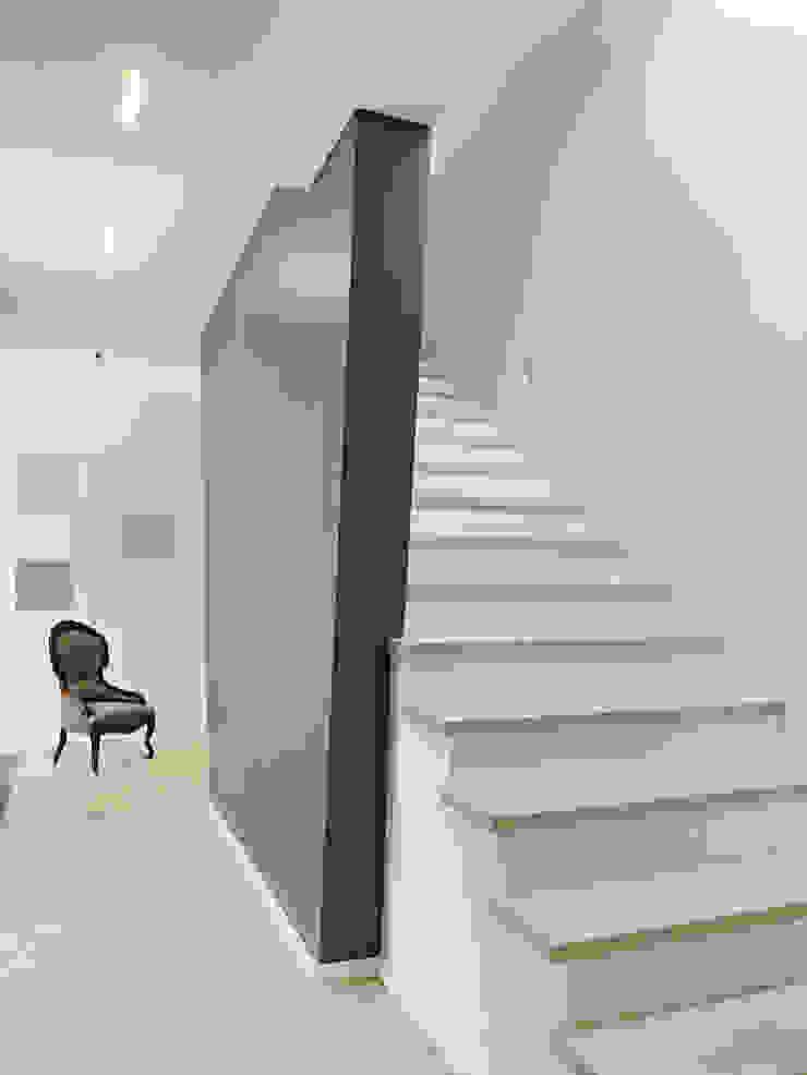 Minimalist corridor, hallway & stairs by Gritzmann Architekten Minimalist