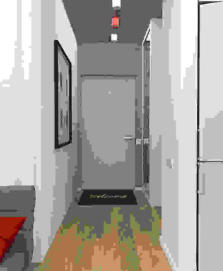 Маленькая квартира в стиле Лофт Коридор, прихожая и лестница в стиле лофт от INCUBE Алексея Щербачёва Лофт