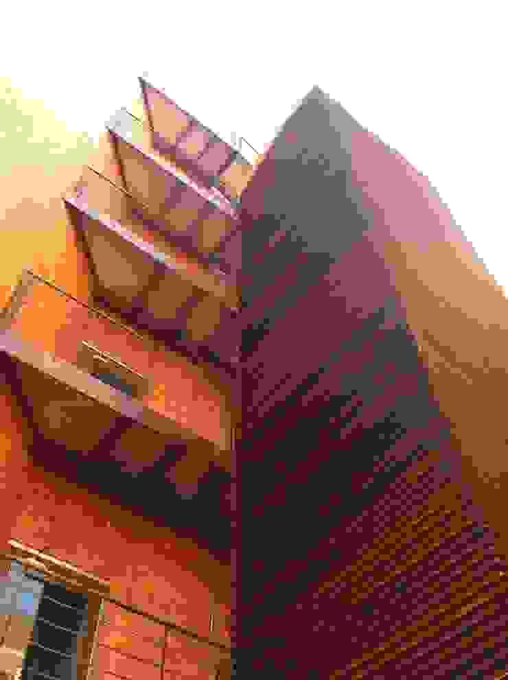 ESCALERA EVACUACION EXTERIOR. EDIFICIO BANKINTER. MADRID. 2011-2013 En colaboración con RAFAEL MONEO Edificios de oficinas de estilo moderno de Bescos-Nicoletti Arquitectos Moderno