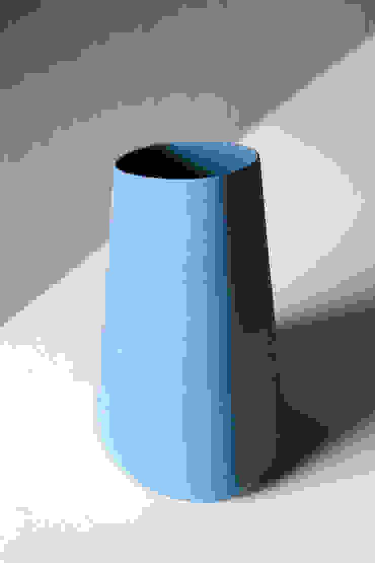 C. Level - ceramic water carafe - ocean blue: modern  door Studio Lotte de Raadt, Modern
