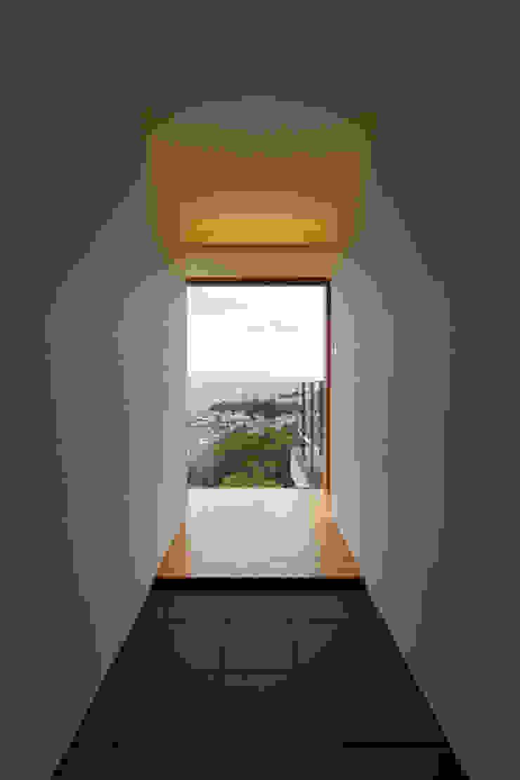善光寺平を望む家 モダンスタイルの 玄関&廊下&階段 の 伊東亮一建築設計事務所 モダン