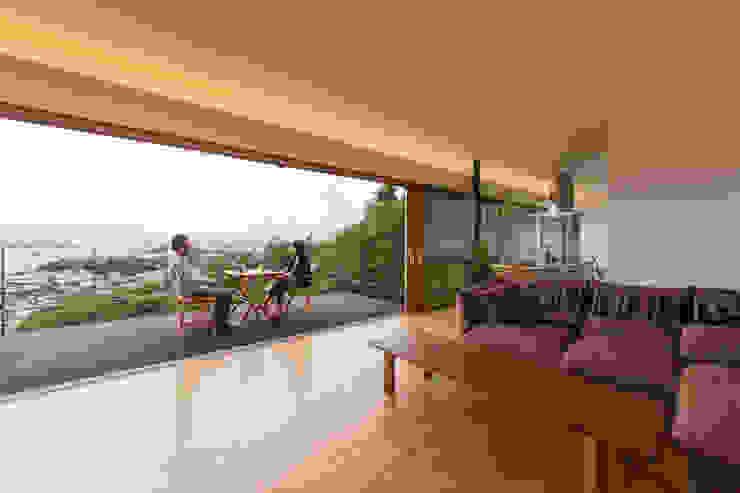 Modern living room by 伊東亮一建築設計事務所 Modern