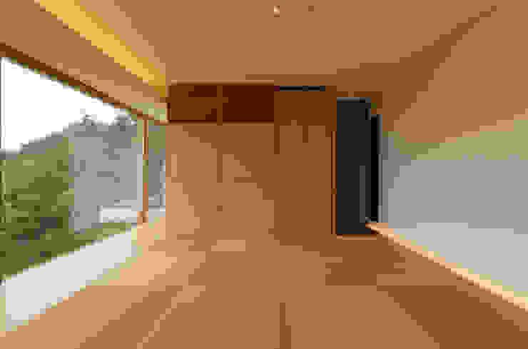 善光寺平を望む家 モダンスタイルの寝室 の 伊東亮一建築設計事務所 モダン