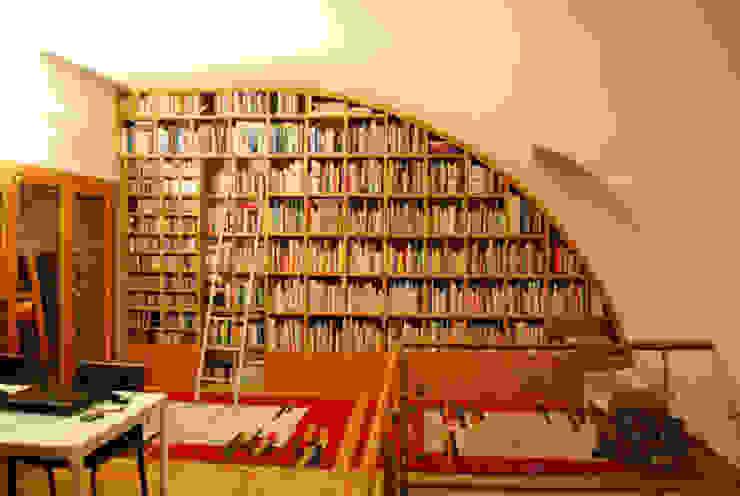 Estante redonda em sótão:   por GenesisDecor,Moderno