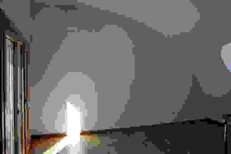 Sótão com tecto curvo por GenesisDecor Moderno