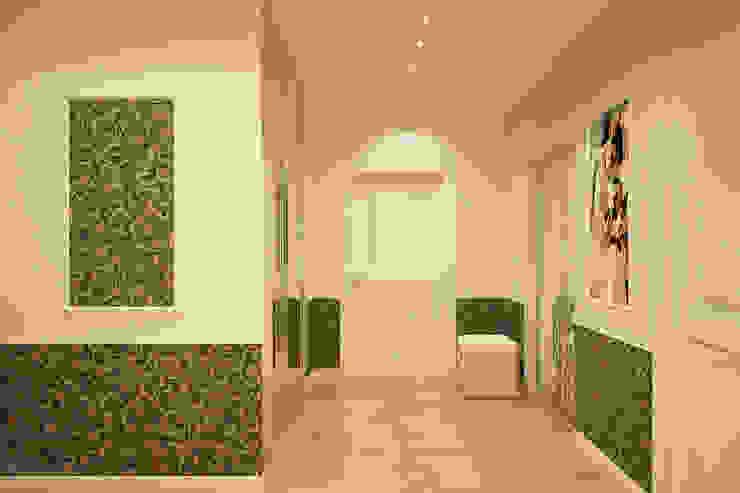 """Дизайн прихожей в стиле """"Неоклассика"""" в ЖК """"Екатеринодар"""" (Краснодар) Коридор, прихожая и лестница в классическом стиле от Студия интерьерного дизайна happy.design Классический"""