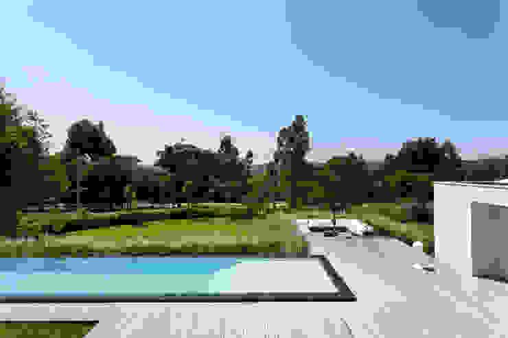 Piscine minimaliste par Consuelo Jorge Arquitetos Minimaliste
