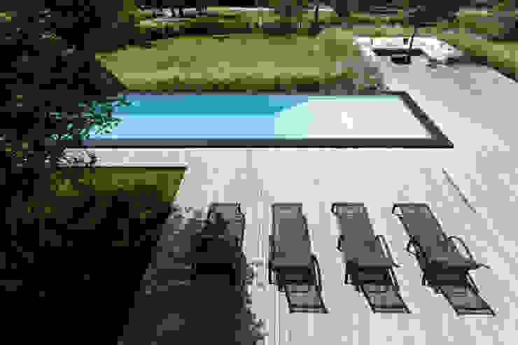 Minimalist pool by Consuelo Jorge Arquitetos Minimalist