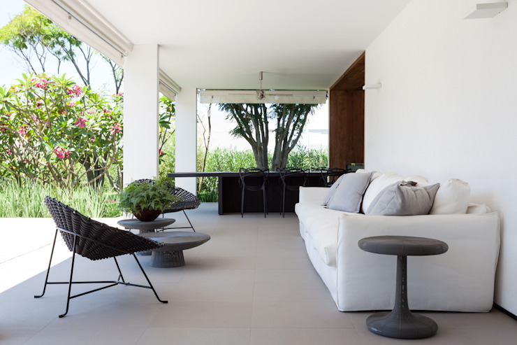 Minimalist balcony, veranda & terrace by Consuelo Jorge Arquitetos Minimalist