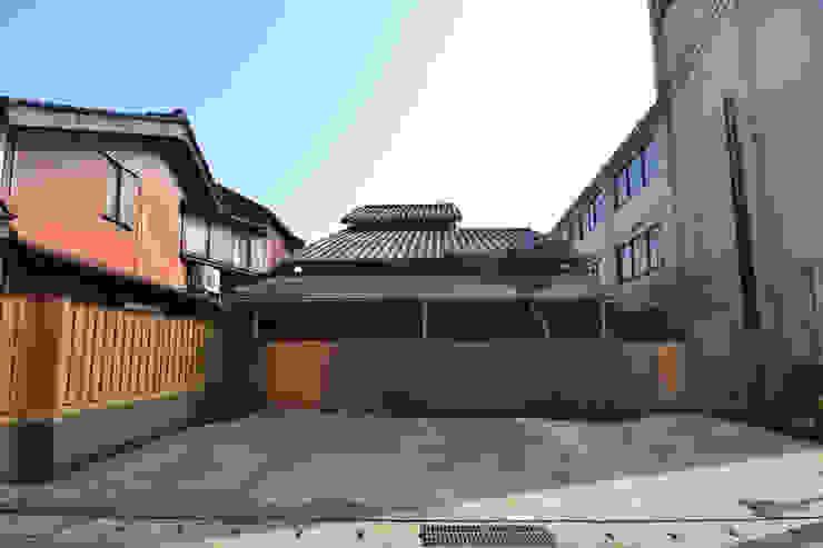 茶事空間入口 日本家屋・アジアの家 の もやい建築事務所 和風