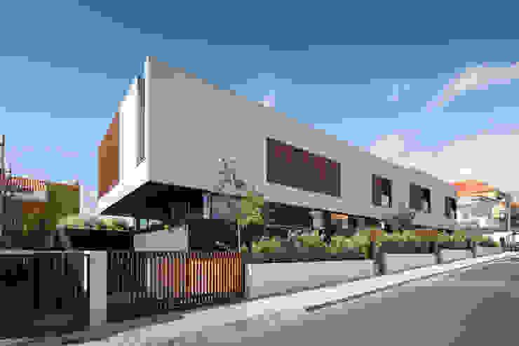 Four villas condominium in Queijas, Oeiras Rumah Minimalis Oleh Estúdio Urbano Arquitectos Minimalis