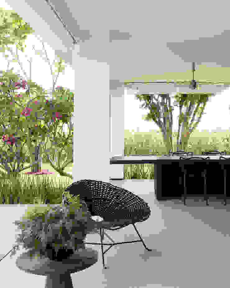 Casa em Itu Varandas, alpendres e terraços minimalistas por Consuelo Jorge Arquitetos Minimalista