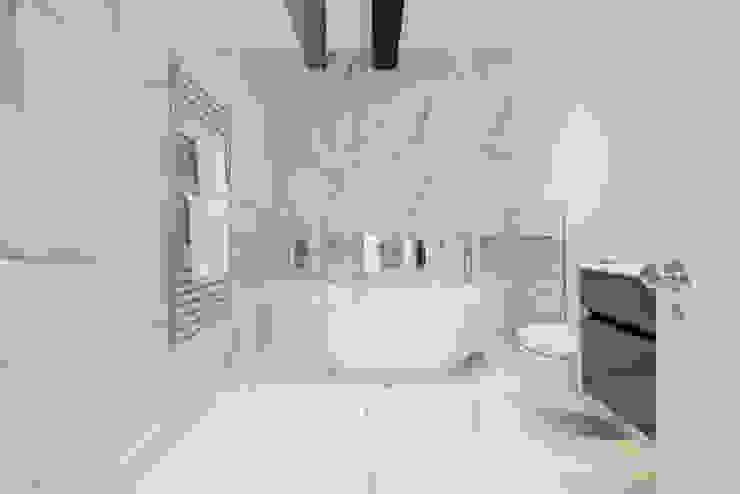 Marble and exposed steels Kamar Mandi Modern Oleh Balance Property Ltd Modern