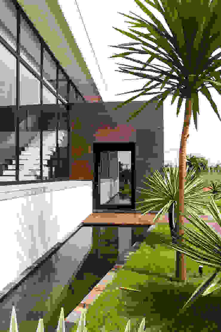 A porta de entrada reflete a paisagem Casas minimalistas por RABAIOLI I FREITAS Minimalista