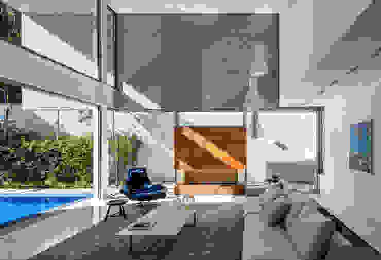 Salas de estar modernas por Reinach Mendonça Arquitetos Associados Moderno