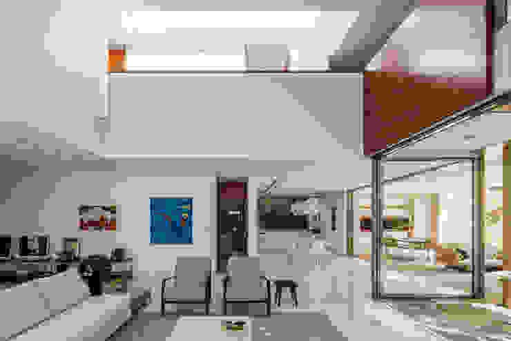 Residência MG Salas de estar modernas por Reinach Mendonça Arquitetos Associados Moderno