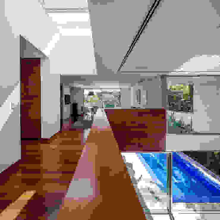 Residência MG Corredores, halls e escadas modernos por Reinach Mendonça Arquitetos Associados Moderno