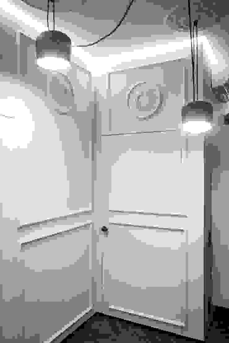 Квартира для молодоженов Коридор, прихожая и лестница в эклектичном стиле от ToTaste.studio Эклектичный