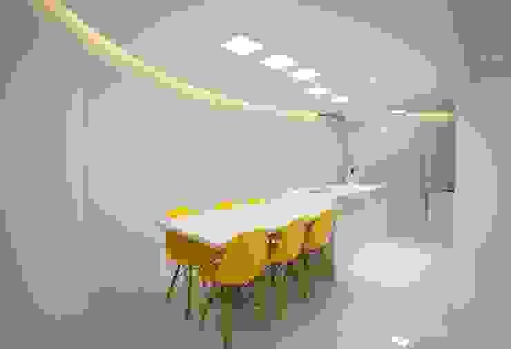Apartamento do casal Varandas, alpendres e terraços modernos por Cátia Bacellar Moderno