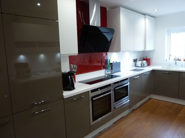 High gloss beige grey and matt white lacquer Modern kitchen by Zara Kitchen Design Modern