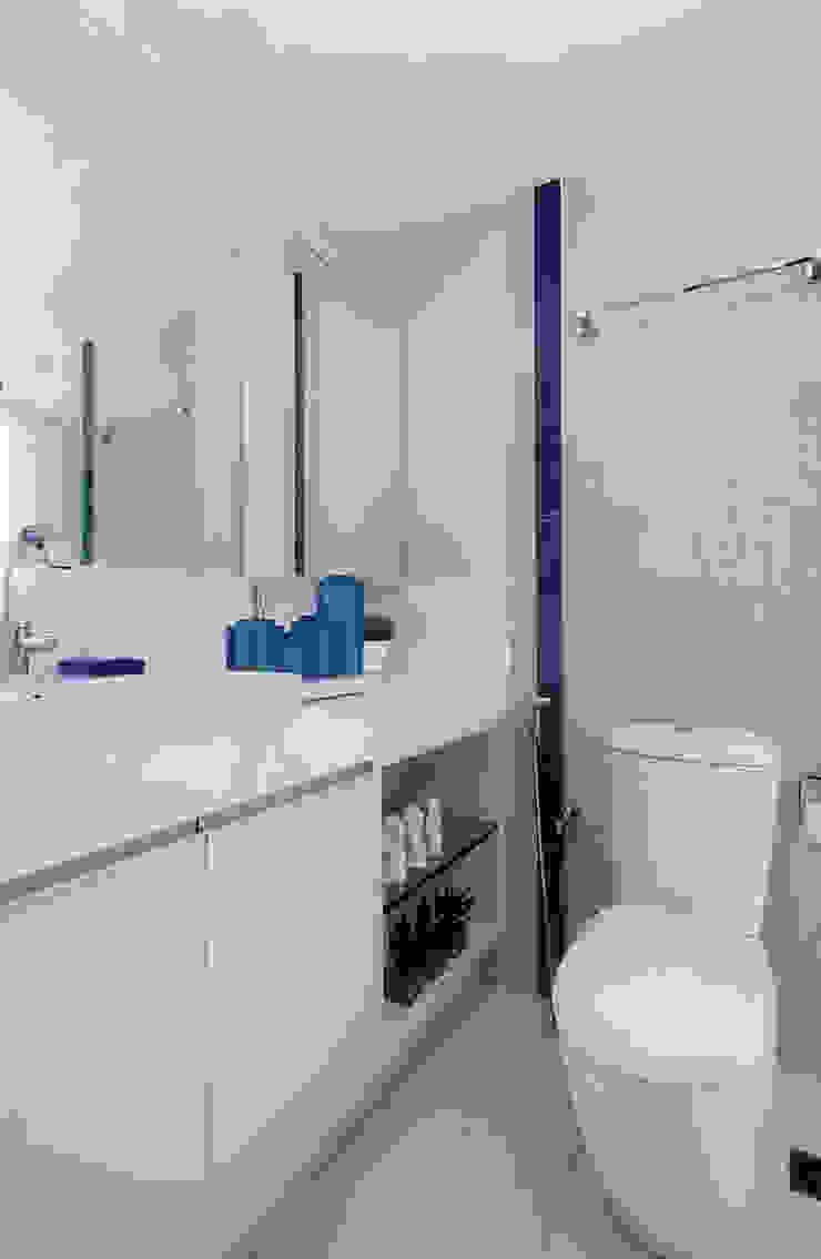 Apartamento Jovem casal Banheiros minimalistas por Celia Beatriz Arquitetura Minimalista