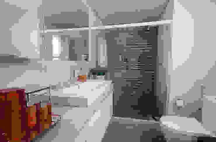 Apartamento Jovem casal Banheiros modernos por Celia Beatriz Arquitetura Moderno