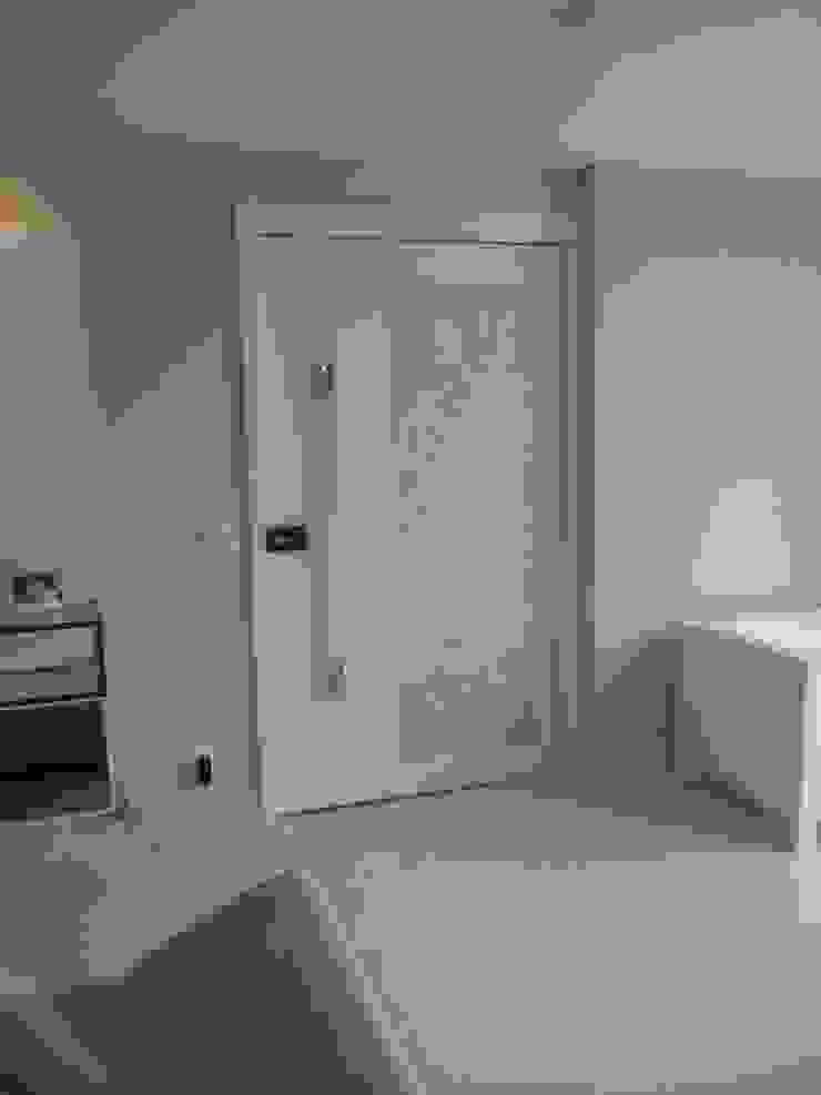 Apartamento Jovem casal Portas e janelas clássicas por Celia Beatriz Arquitetura Clássico