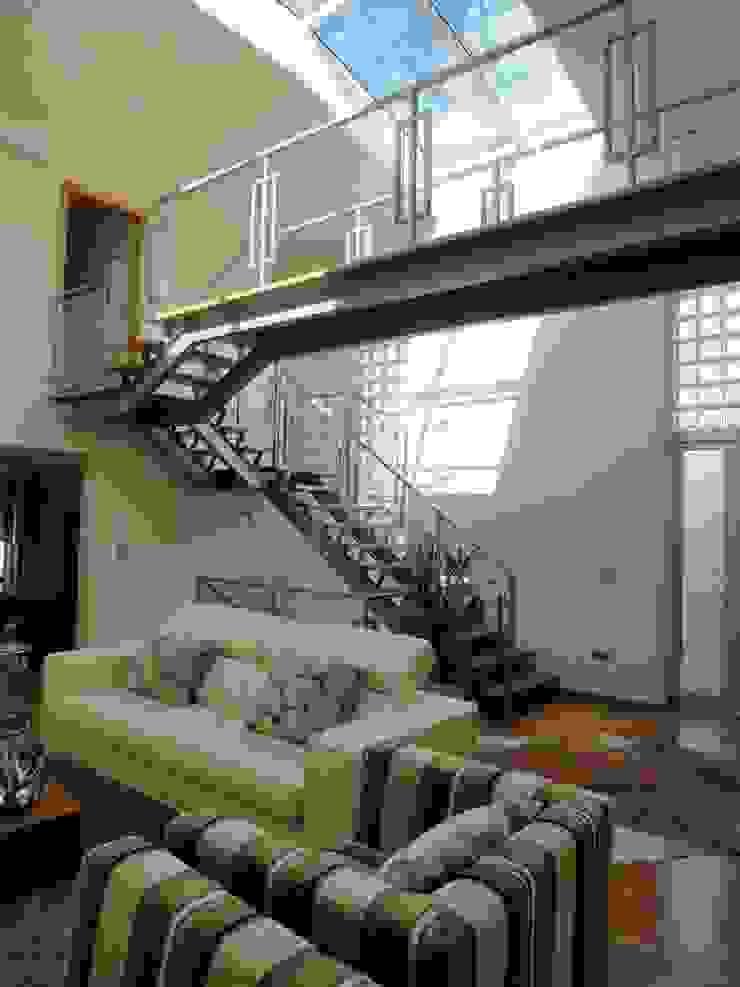 Moradia <q>in ponte</q> Corredores, halls e escadas modernos por UrbQuality Lda Moderno Ferro/Aço