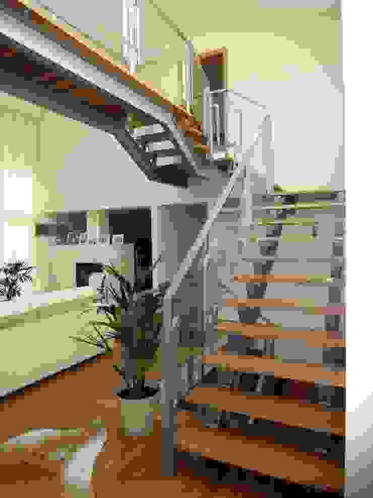 Moradia <q>in ponte</q> Corredores, halls e escadas modernos por UrbQuality Lda Moderno Madeira Acabamento em madeira