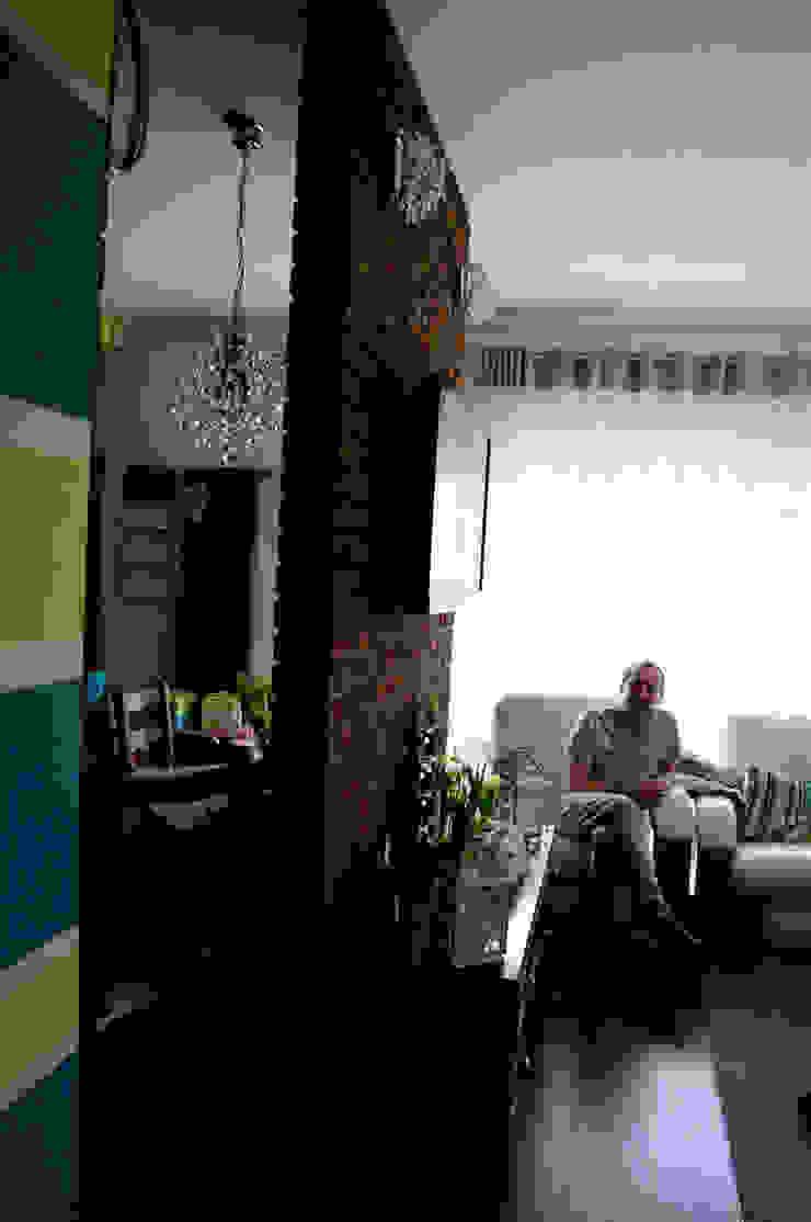 Przed metamorfozą/widok na ściankę oddzielającą pokój dzienny od kuchni od Pracownia Kaffka