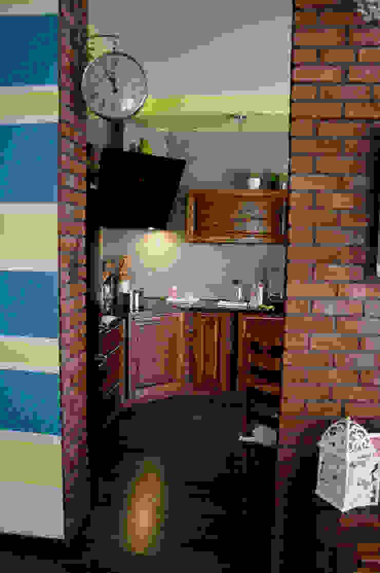 Przed metamorfozą/widok z pokoju dziennego na kuchnię od Pracownia Kaffka