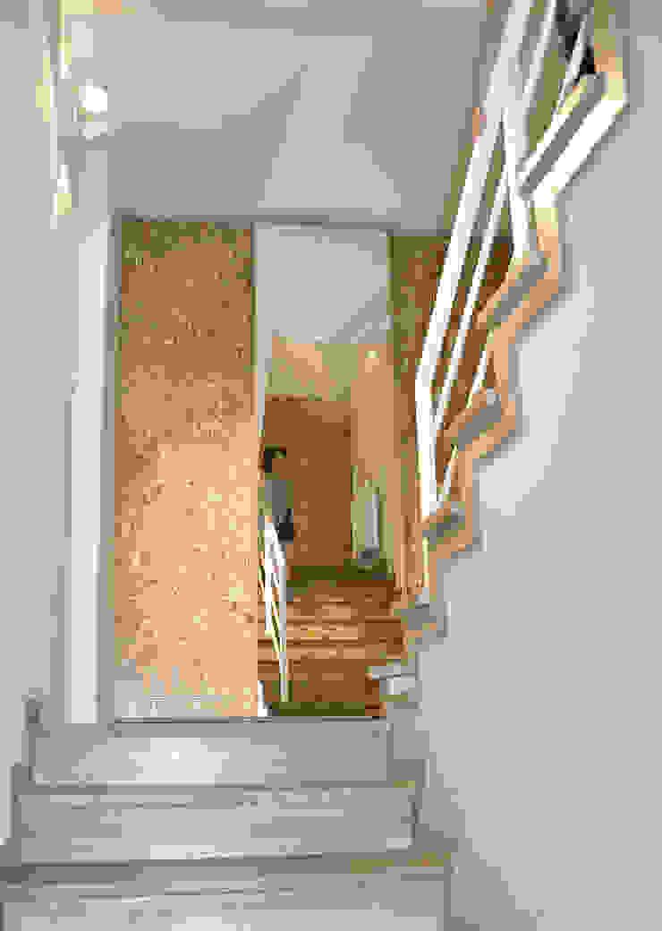 Mieszkanie dwupoziomowe w Kiełczowie Nowoczesny korytarz, przedpokój i schody od Pracownia Kaffka Nowoczesny